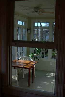 ダイニングの窓からサンルームを覗く